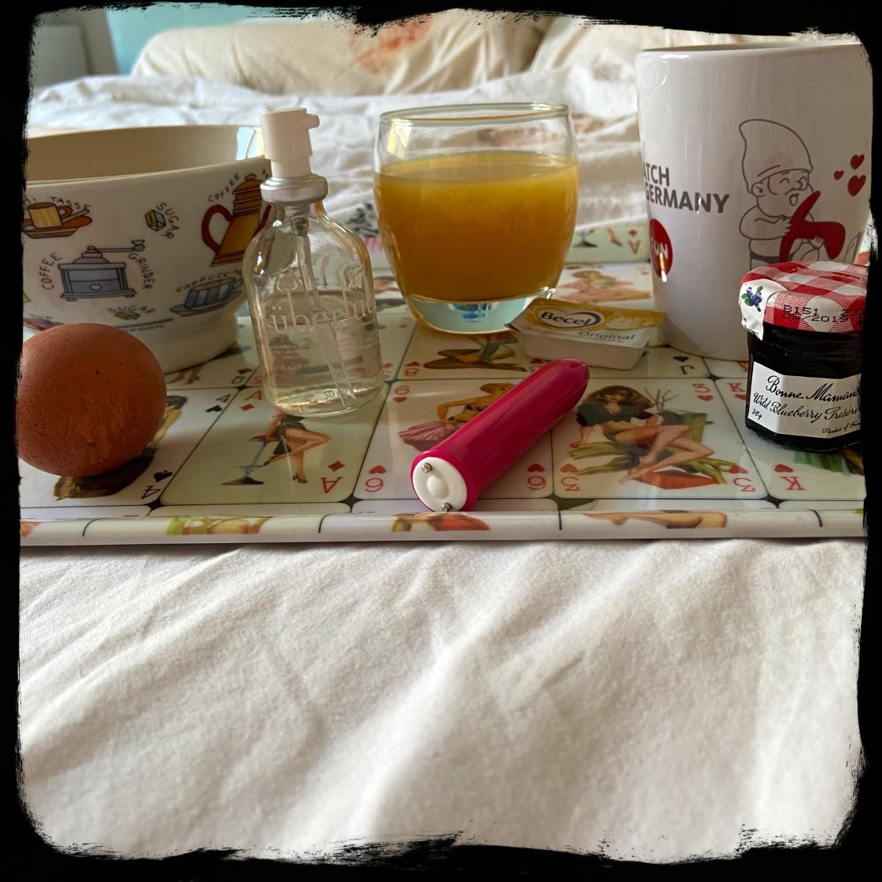 Een plateau met ontbijt, een flesje uberlube en de We-Vibe Tango