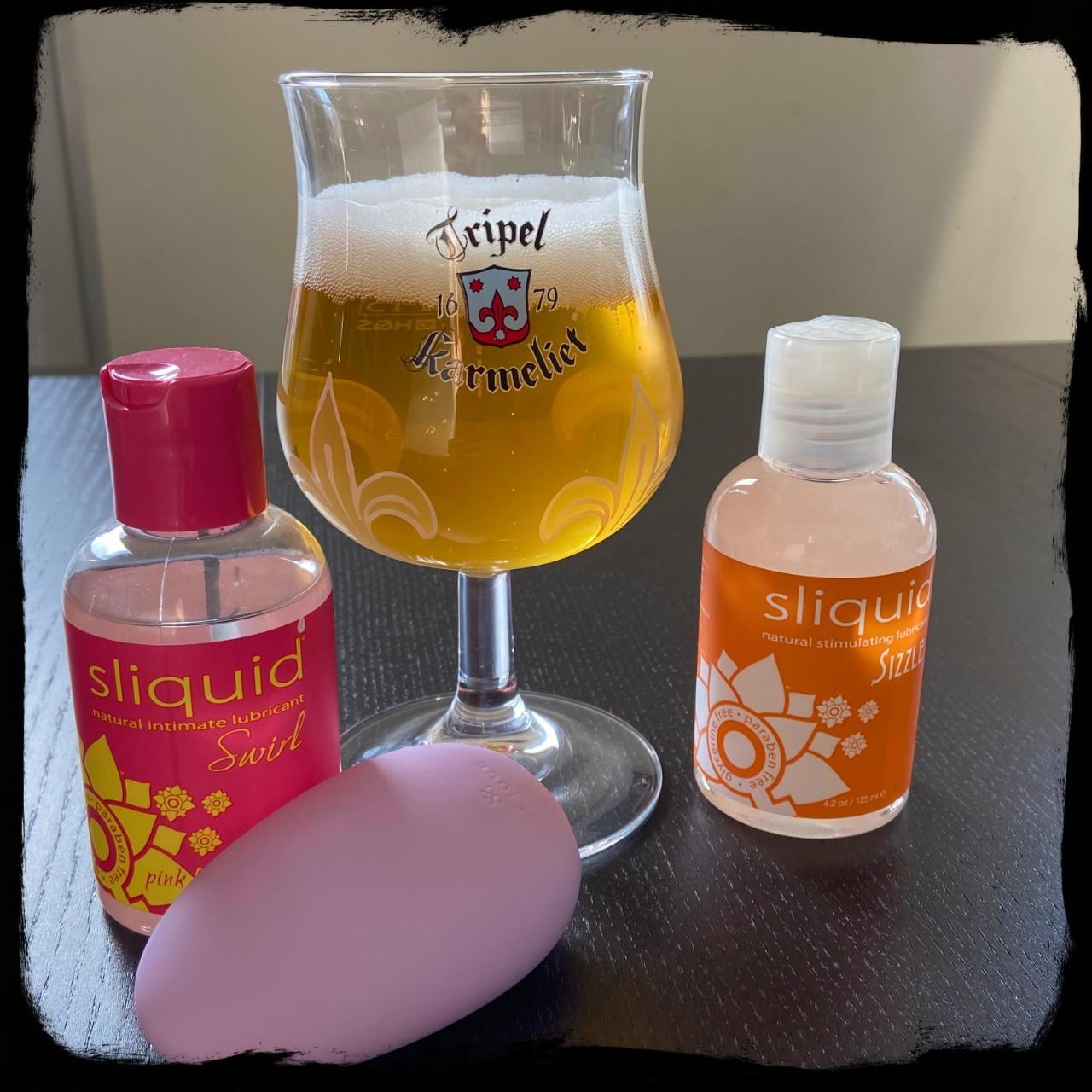 2 verschillende soorten Sliquid, de Je Joue Mimi Soft en een klaasje Karmeliet.